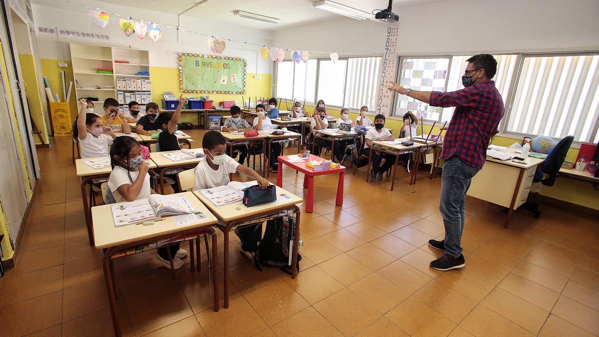 Un profesor durante una clase el pasado curso escolar en un centro tinerfeño.