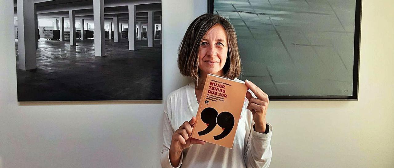 María Martín con su libro 'Mujer tenías que ser', publicado en 2020.