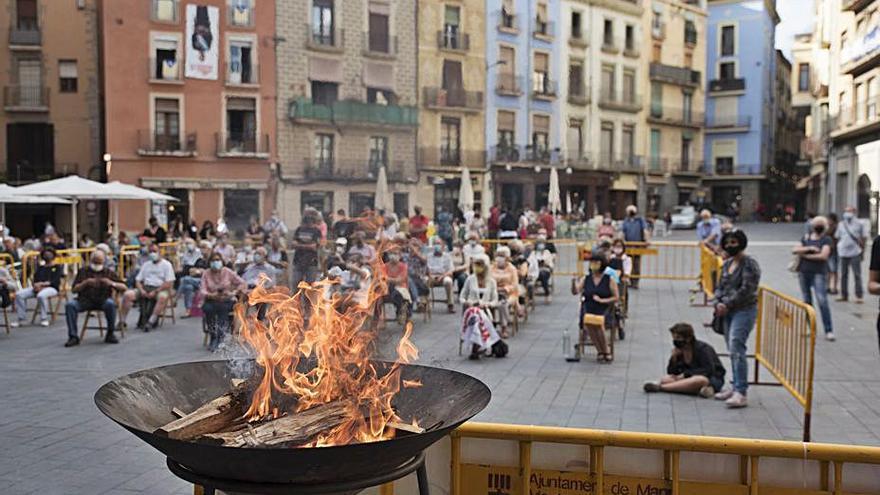 Un centenar de persones reben la Flama del Canigó