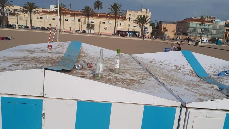 El botellón descontrolado provoca destrozos en los kioscos de la playa