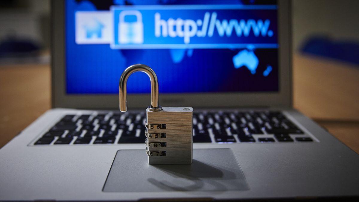 Detenido en Estepona un británico por hackear más de 130 cuentas de Twitter de famosos.