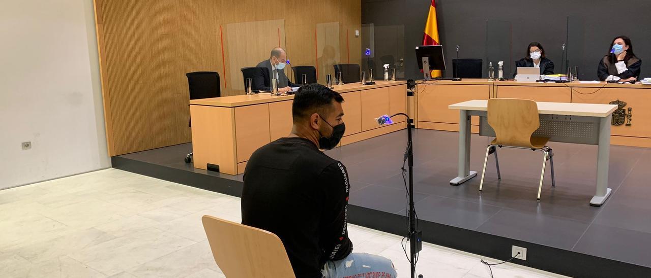 El acusado de violar a una discapacitada en Puerto del Rosario, durante el juicio en su contra