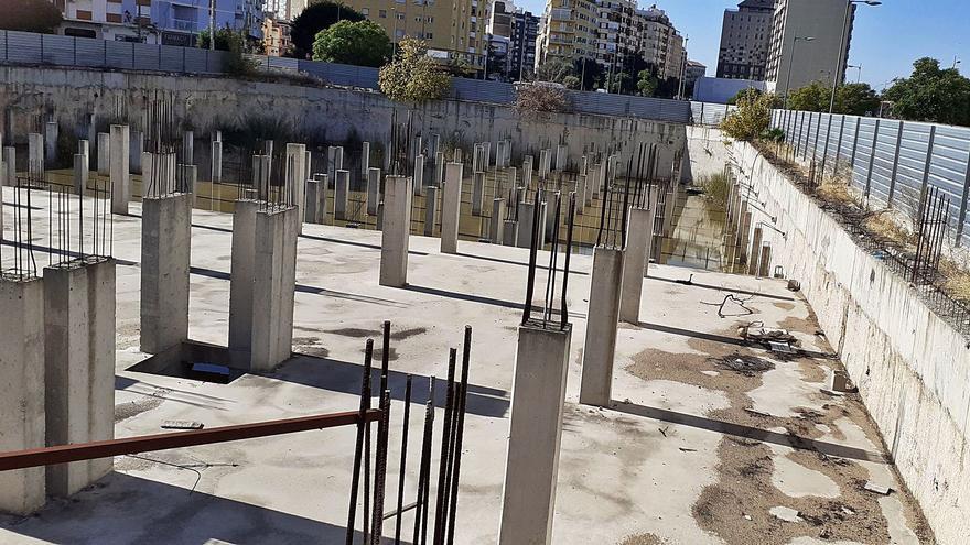 El ayuntamiento se harta de la finca inacabada convertida en una laguna