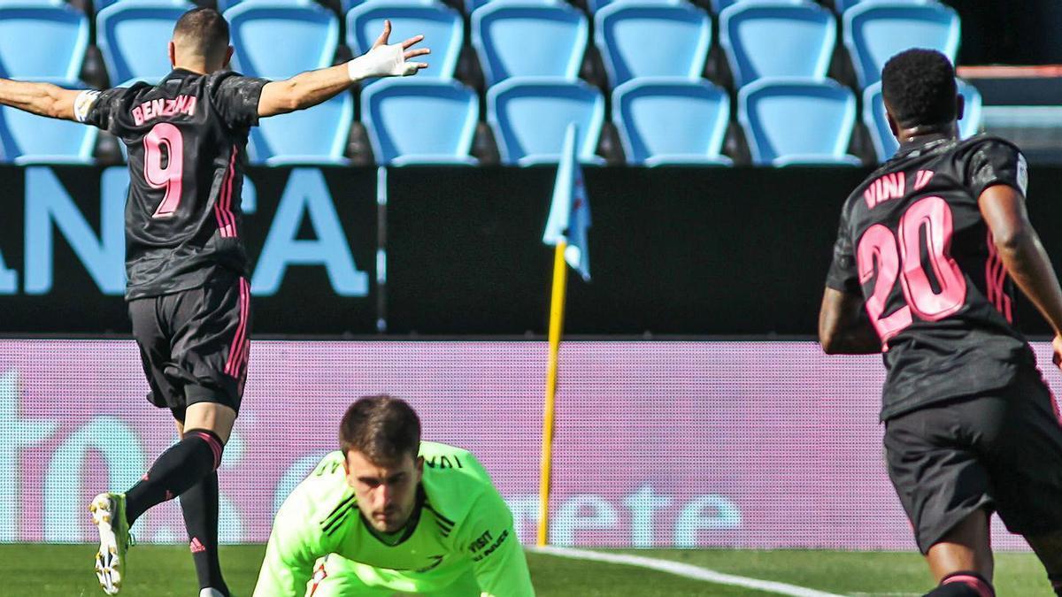 Karim Benzema celebra uno de sus dos goles frente al Celta, ayer en Balaídos.   EFE