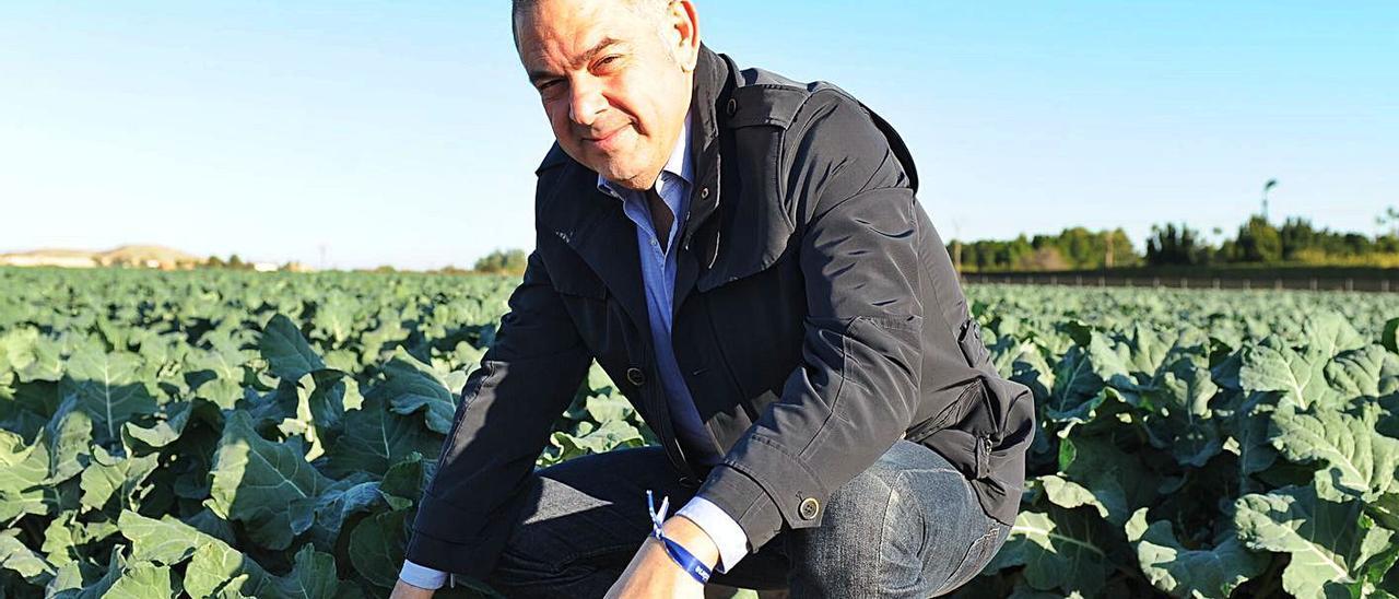 Lucas Jiménez, en  una plantación que necesita el agua del Tajo para producir.