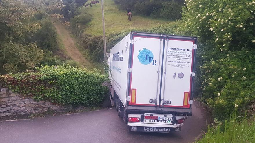 """Dos días atrapado con su camión en Cenero: """"Los vecinos se han portado muy bien conmigo"""""""