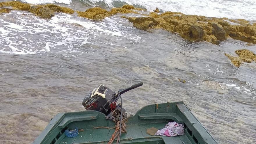 Interceptan una patera con 12 migrantes y 23 fardos de hachis en el litoral de  Lanzarote.