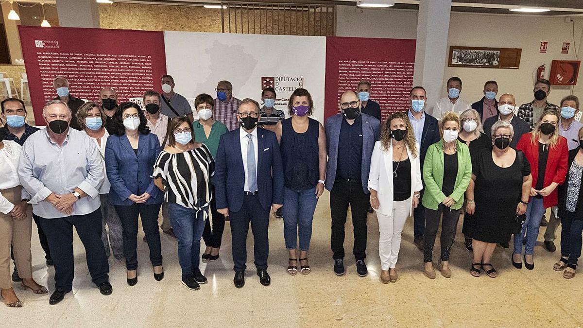El presidente de la Diputación, José Martí, se reunió en la Casa de Cultura de Viver con los alcaldes y alcaldesas de la comarca del Alto Palancia.    JAVIER VILAR
