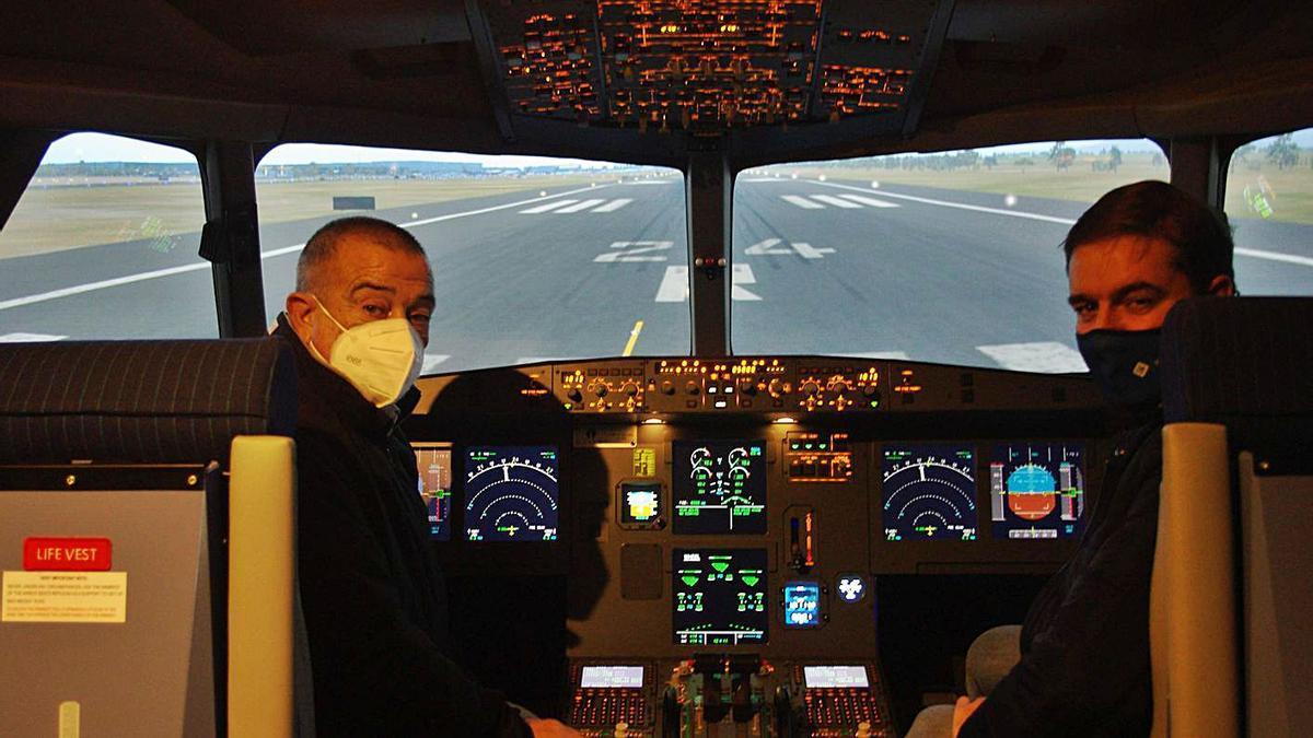 Dos pilotos en la cabina de un avión.