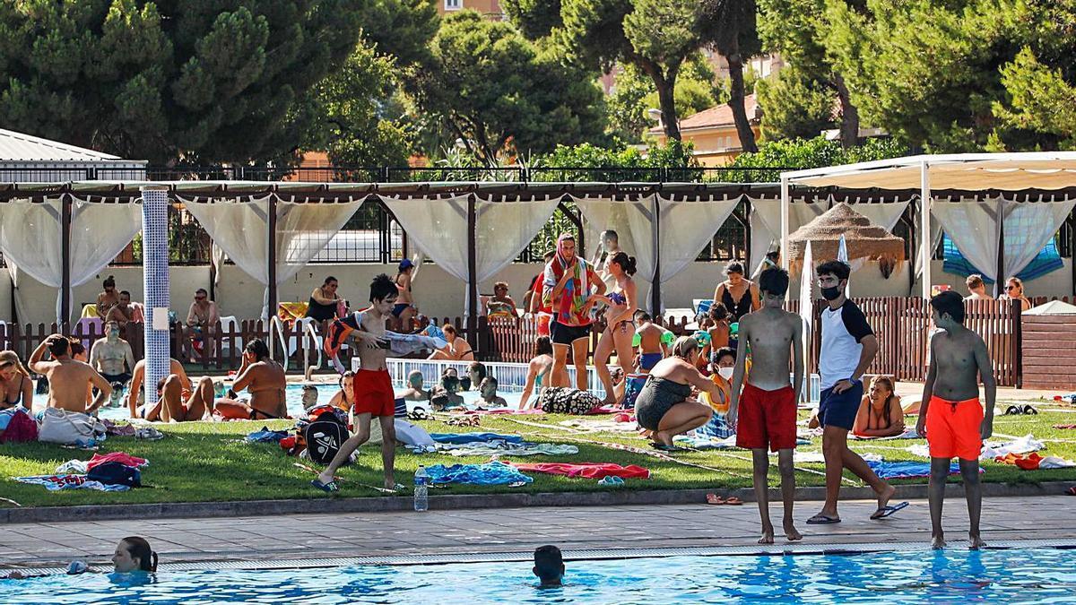 Las restricciones no frenan la masificación de las piscinas | M.A.MONTESINOS