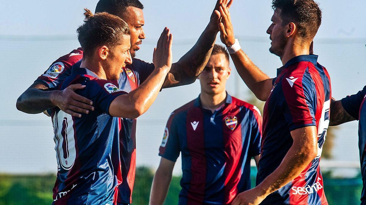 Bardhi, Vezo y Postigo celebran el segundo gol del Levante UD ante el Atromitos, ayer.  | LEVANTE UD