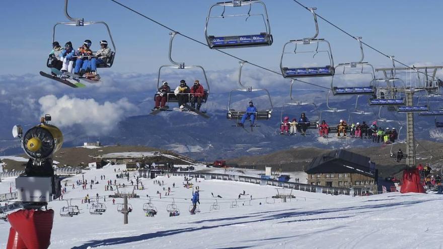 Ofertan viajes para jóvenes a las estaciones de Sierra Nevada y Formigal