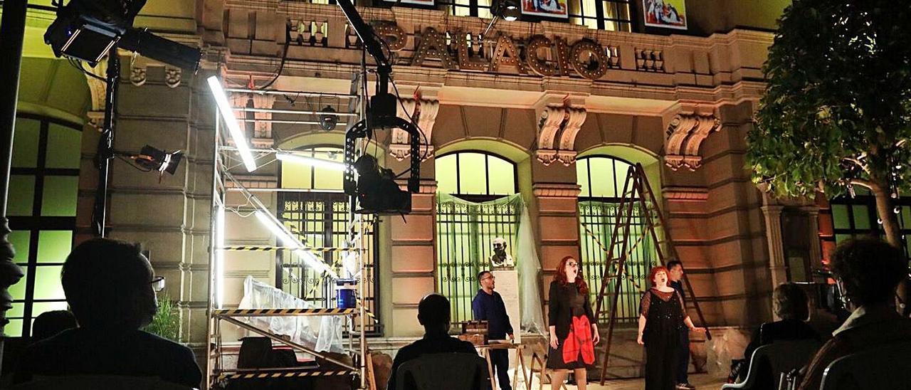 """La representación de la opereta """"El As"""" llevada a cabo en agosto de 2020 en el exterior del Palacio Valdés con motivo del centenario del teatro.   R. Solís"""