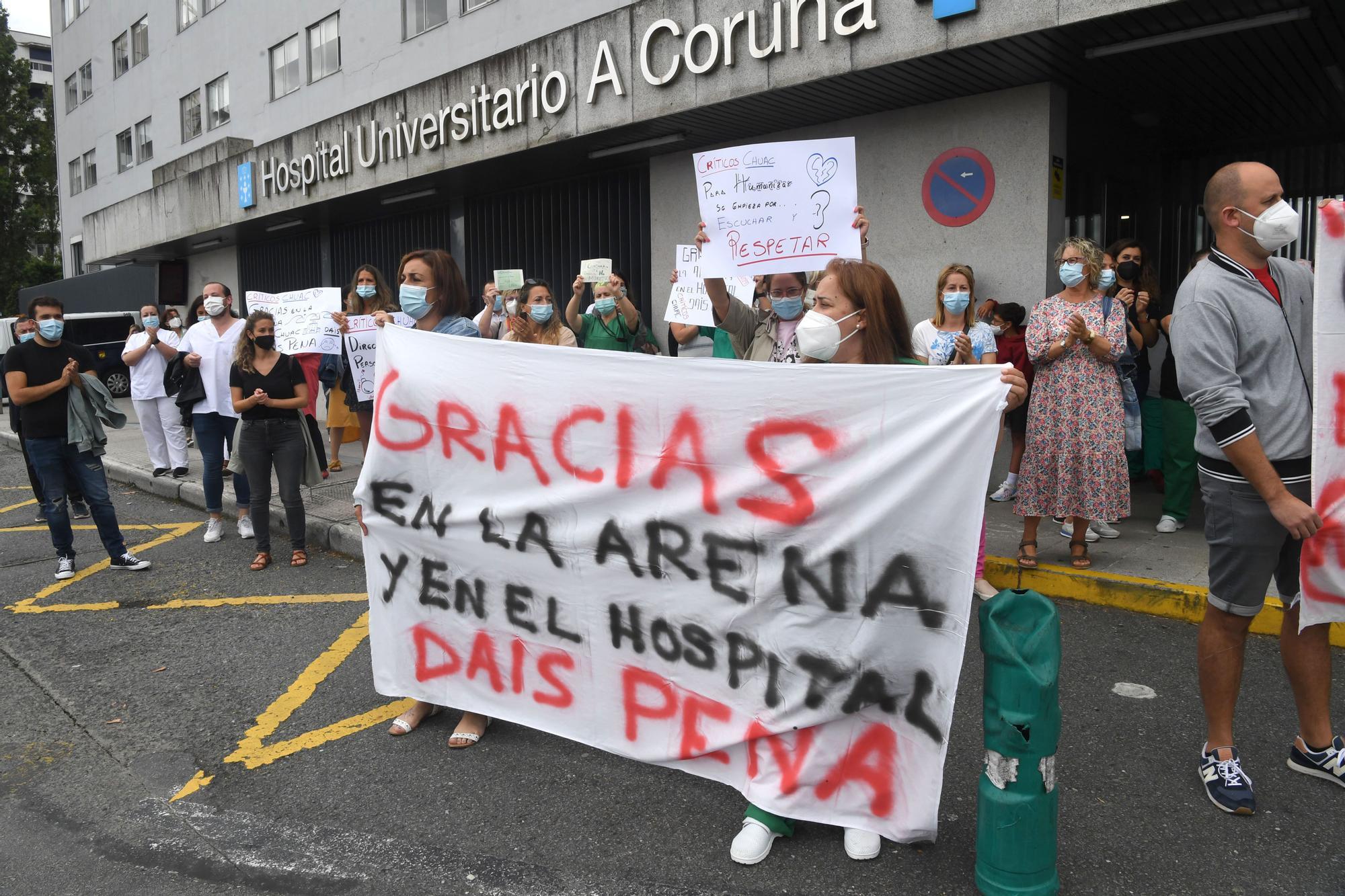 Protesta de trabajadores de las unidades de críticos del Hospital de A Coruña