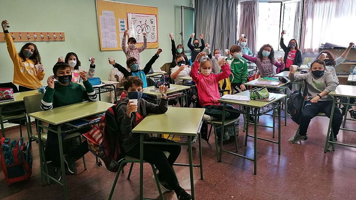 Un grupo de alumnos del colegio Elisburu disfrutan, con medidas de seguridad, del magüestu.