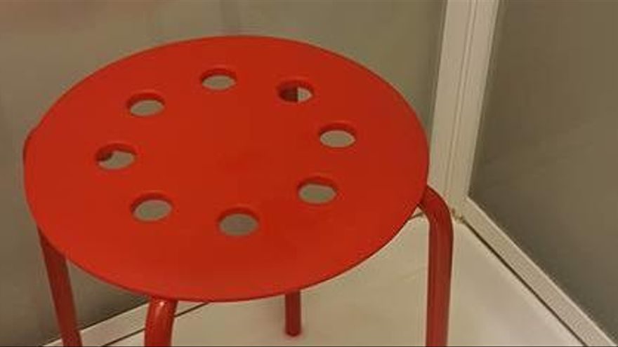 Atrapat per un testicle en una cadira d'Ikea