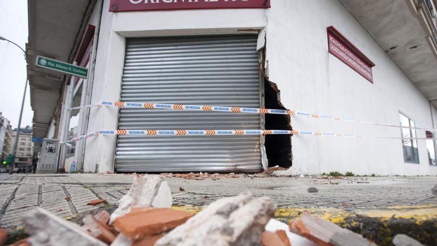 La Guardia Civil se empotra contra un bazar chino en A Estrada