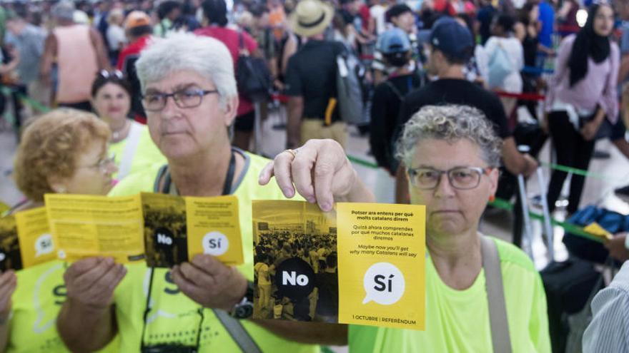 L'ANC reparteix fulletons trilingües culpant l'Estat de la vaga de treballadors del Prat
