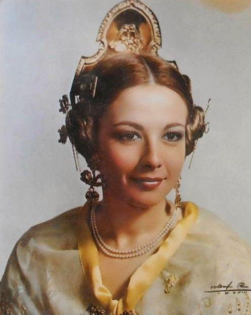 Isabel Tenaille, vestida de valenciana como fallera mayor del Pilar 1978