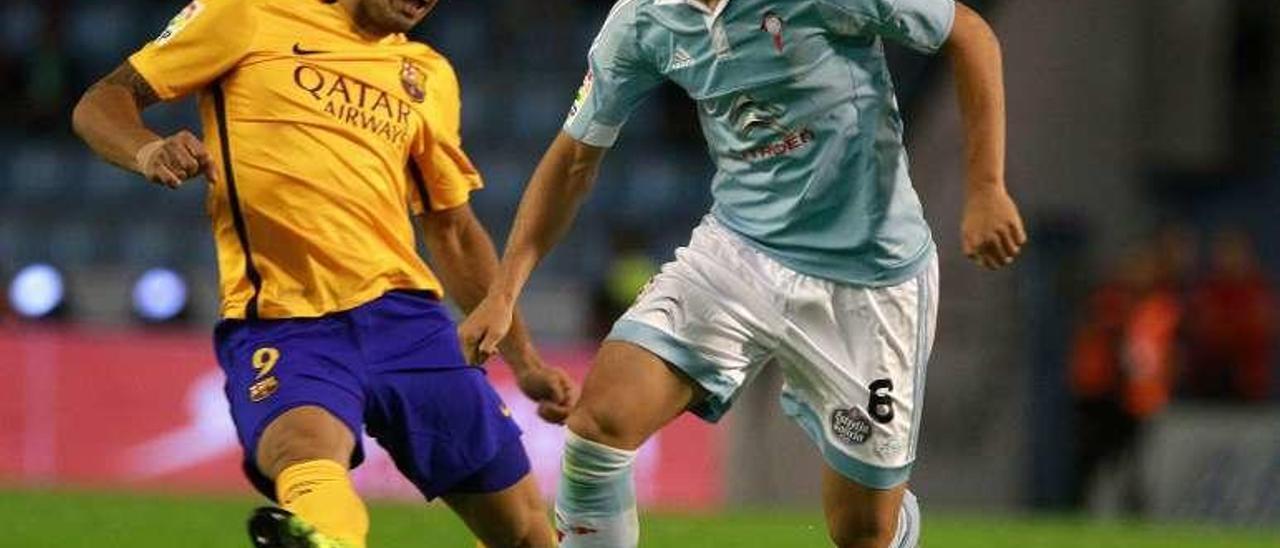 Radoja y Luis Suárez pugnan por un balón, en Balaídos. // R. Grobas