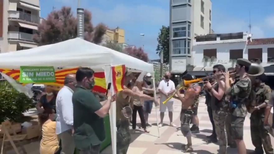 Una cobla desafina l'himne d'Espanya davant una parada de Vox