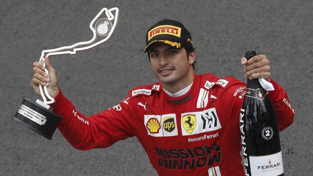 Carlos Sainz celebra su podio en el Gran Premio de Mónaco.