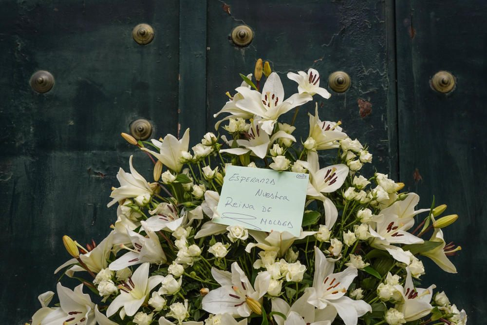 Flores y romero en la puerta de la Basílica de la Esperanza.