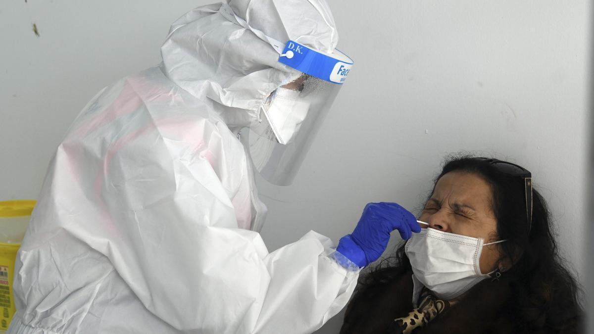Una mujer se somete a una PCR en Burgos.