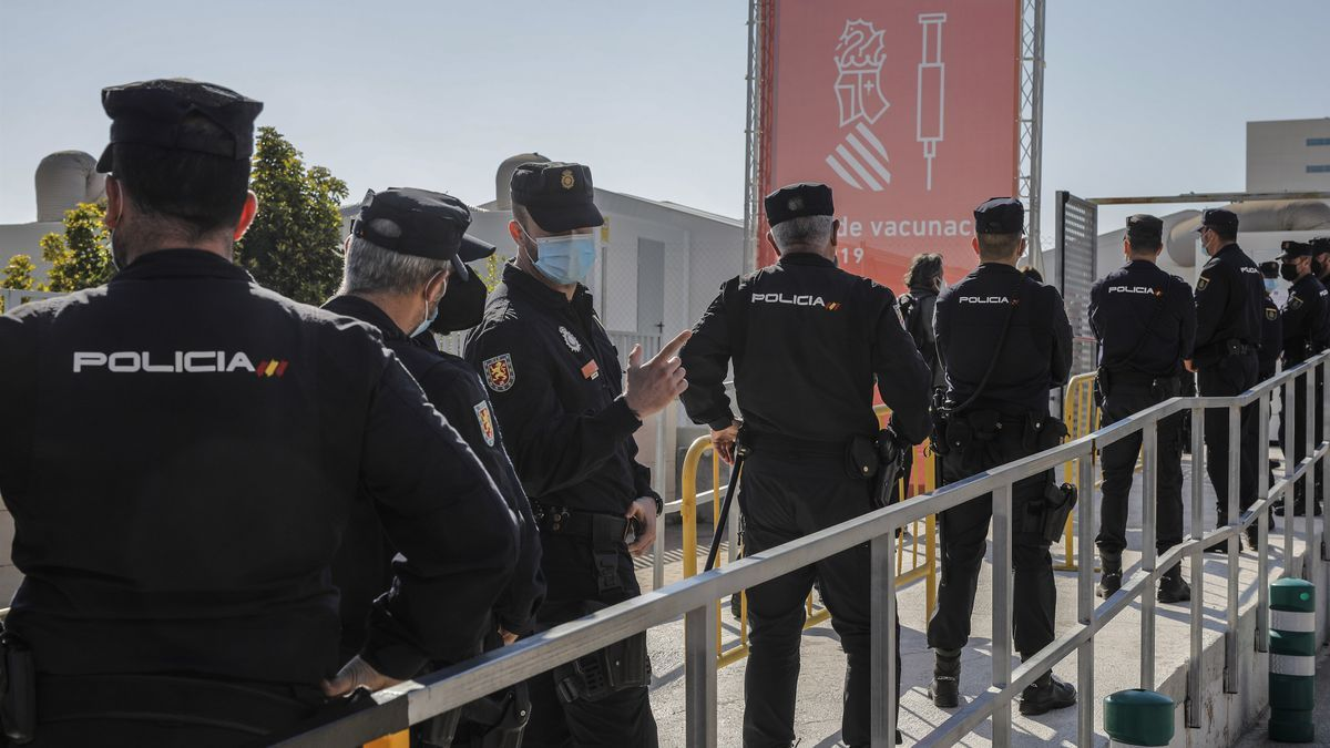 Agentes de Policía Nacional esperando para recibir la vacuna de Astrazeneca en imagen de archivo.