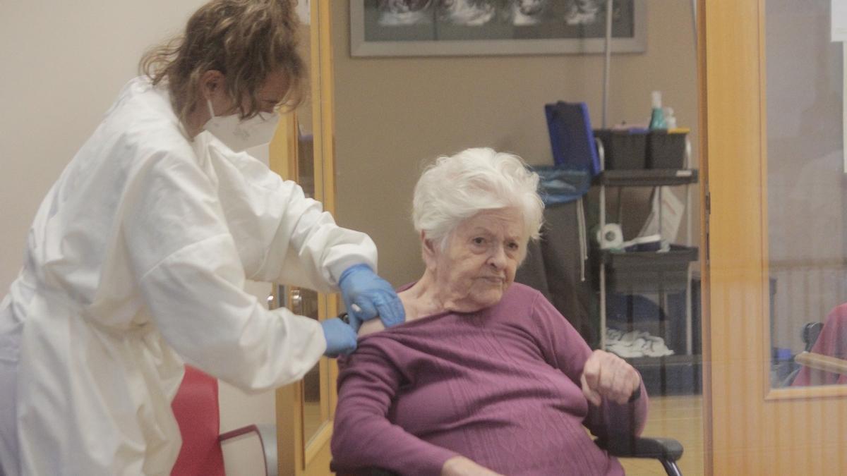 Una persona recibe la vacuna del COVID en una residencia de O Morrazo