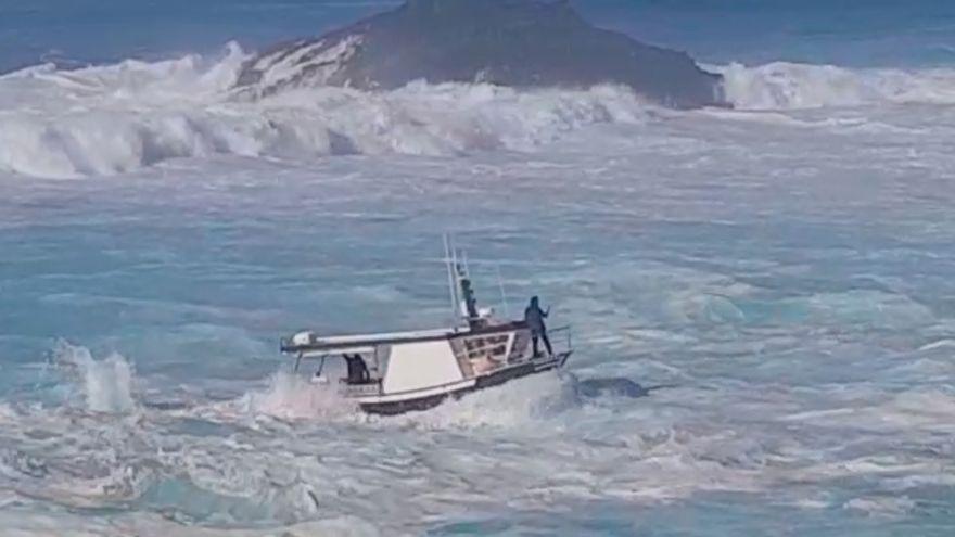 """VÍDEO VIRAL: Heroica maniobra para entrar en un puerto de Asturias en pleno temporal: """"¡Ay, Juanín!"""""""