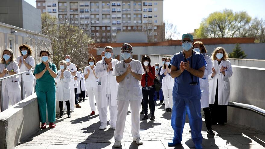 VÍDEO | Emotiva despedida a Estella entre lágrimas y aplausos a las puertas del Hospital Virgen de la Concha de Zamora.