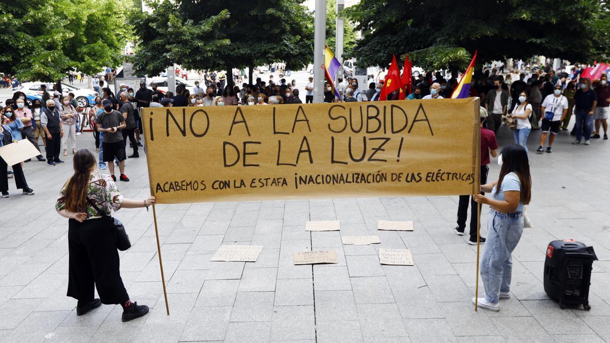 Protesta en Zaragoza contra la subida del precio de la luz.