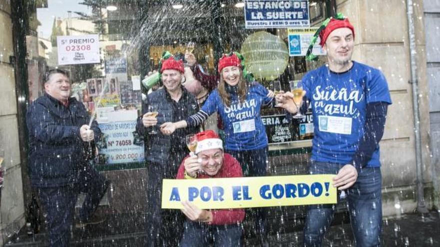 El ninot sidrero lleva la suerte a Oviedo