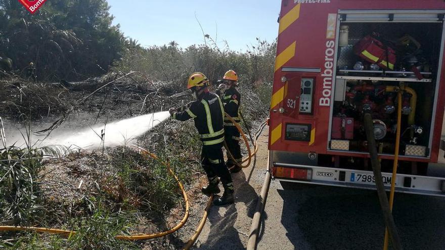Los bomberos sofocan un incendio en una escombrera de Catral