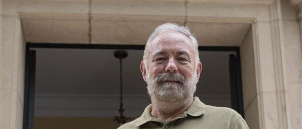 Jacinto Martínez Baldó, ayer en la puerta del IES. | PERALES IBORRA