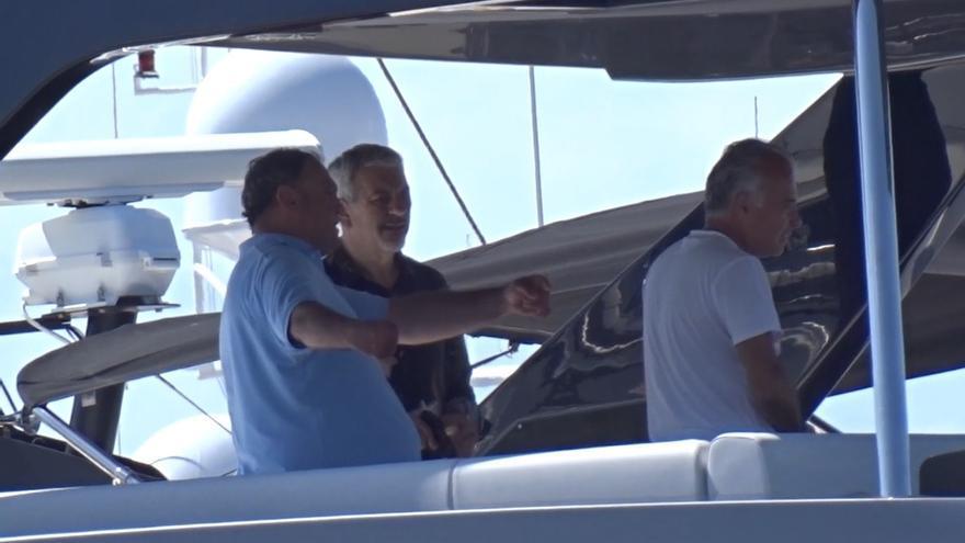 Carlos Sobera disfruta de sus vacaciones a bordo de un yate en Ibiza