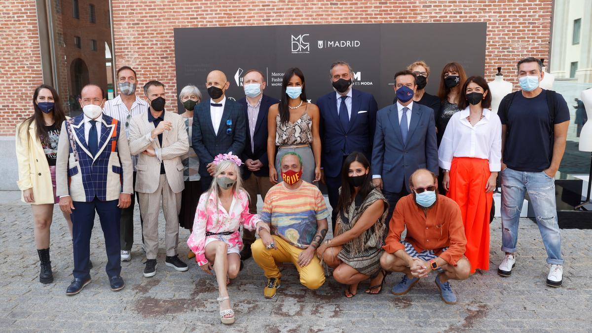 Begoña Villacís, con la directora de Fashion Week, Nuria de Miguel, el diseñador Modesto Lomba y otros modistas.