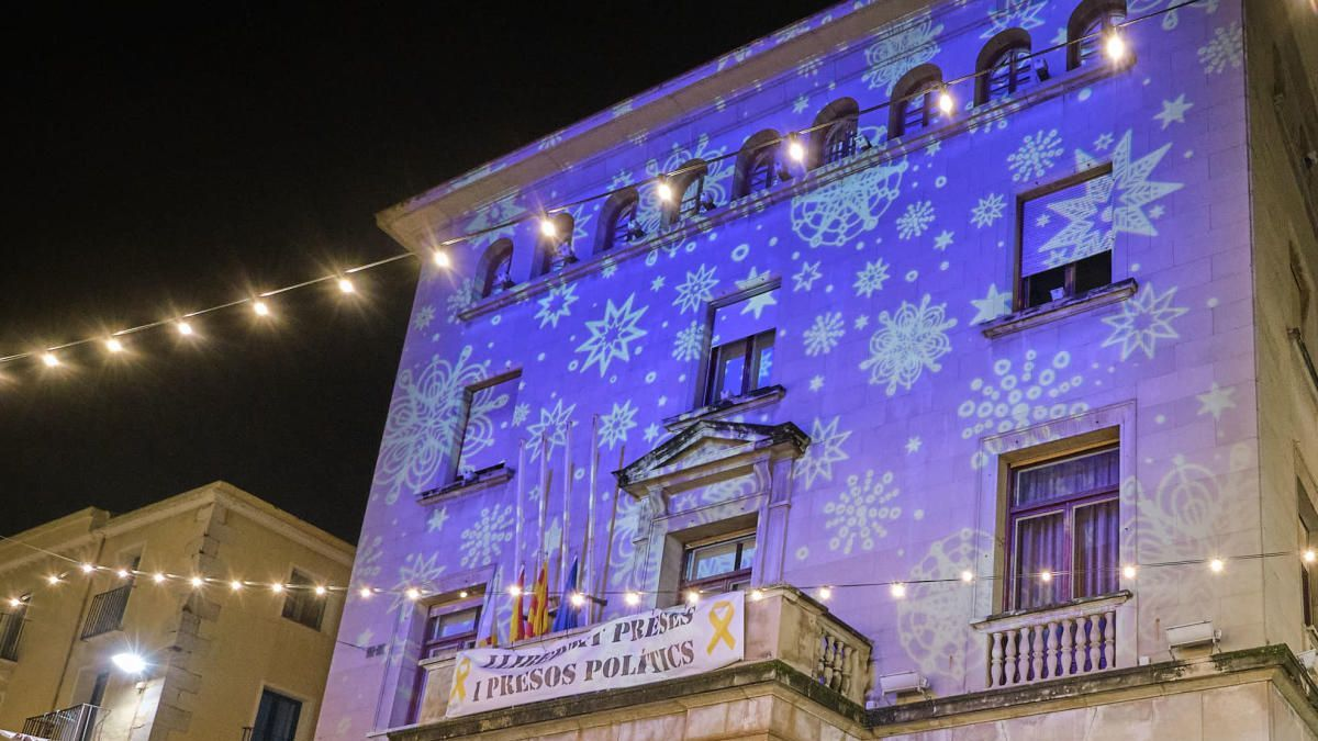 Façana de l'Ajuntament de Figueres aquest Nadal