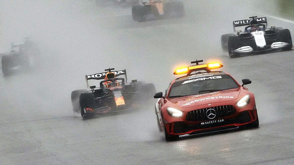 Els pilots només van completar dues voltes darrere el cotxe de seguretat a causa de la pluja.   REUTERS/CHRISTIAN HARTMANN