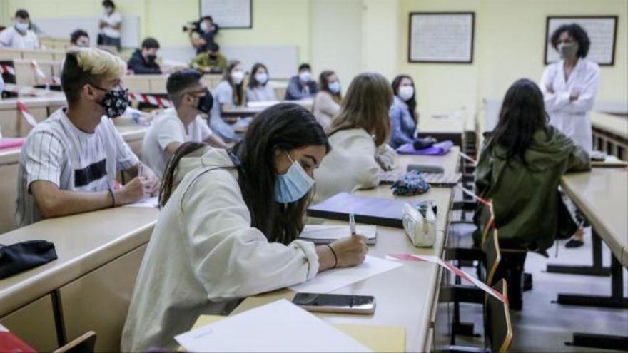 Estas son las tres carreras en las que aún confían entrar cientos de estudiantes en Asturias