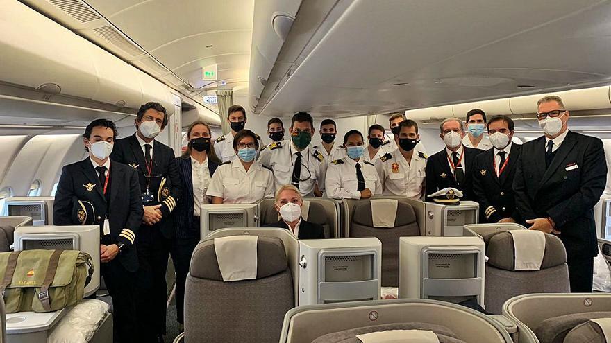 Los guardiamarinas del Elcano, en vuelo directo de Peinador hasta Latinoamérica
