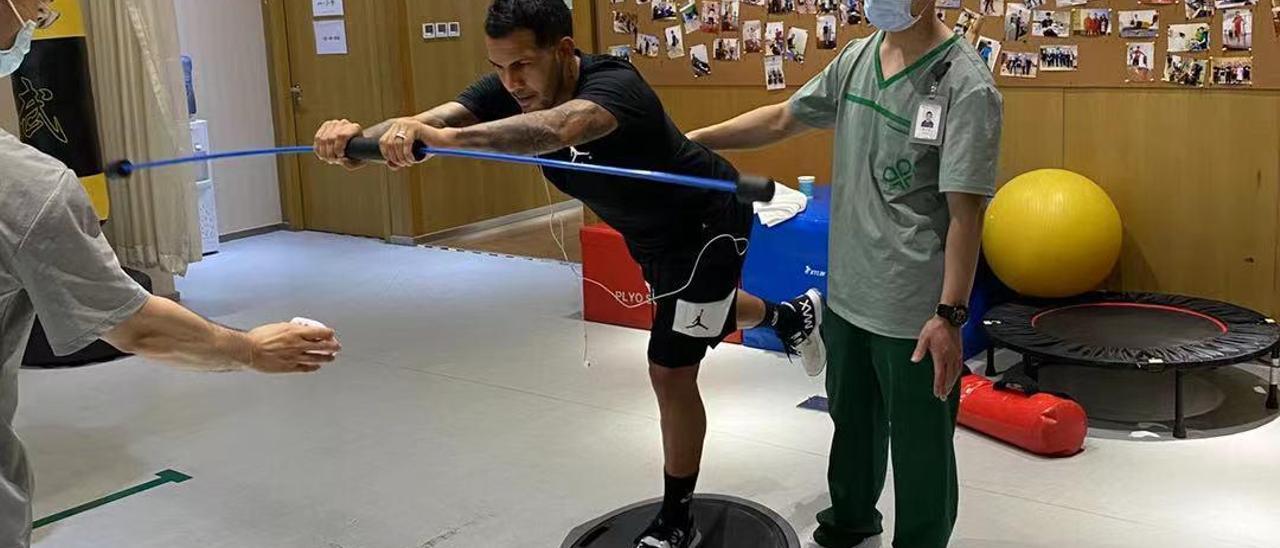 Jonathan Viera se ejercita para recuperarse de su lesión de rodilla en el Beijing.