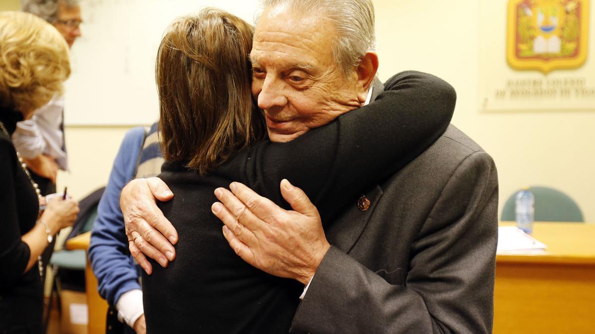 La nueva decana Lourdes Carballo abraza a Alfonso Álvarez Gándara, en 2015