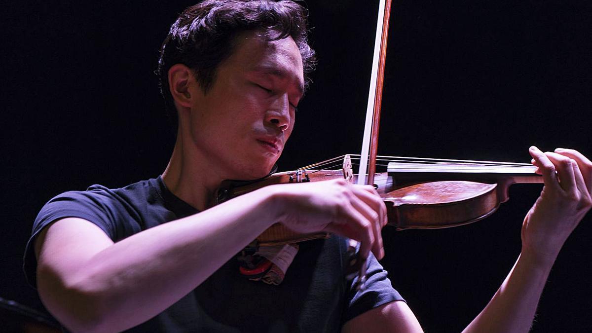 El violinista Aaron Lee en una representación de su obra 'Yo soy el que soy'.   | // LA OPINIÓN