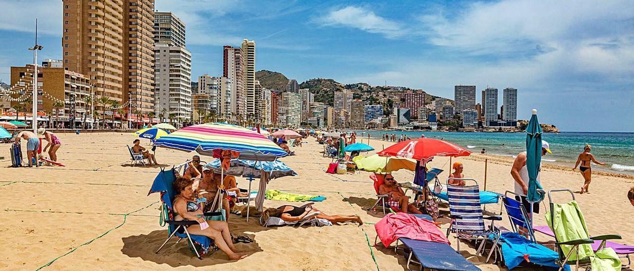 Playas de Benidorm y Alicante, ayer todavía sin rastro de los auxiliares de playa.  | DAVID REVENGA / JOSE NAVARRO