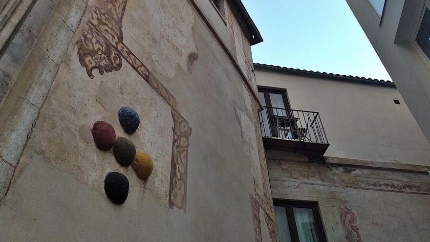 Las cinco bolas en la fachada de la iglesia de San Juan dan nombre a la estrecha calle que comunica calle San Juan con calle Nueva, abierta durante el siglo XIX