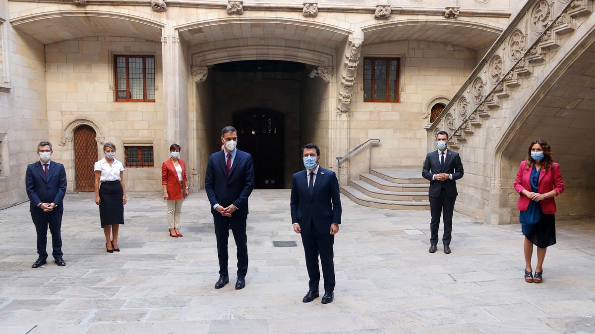 Pla general amb les delegacions del govern espanyol i català de la taula de diàleg. Imatge del 15 de setembre de 2021. (Horitzontal)