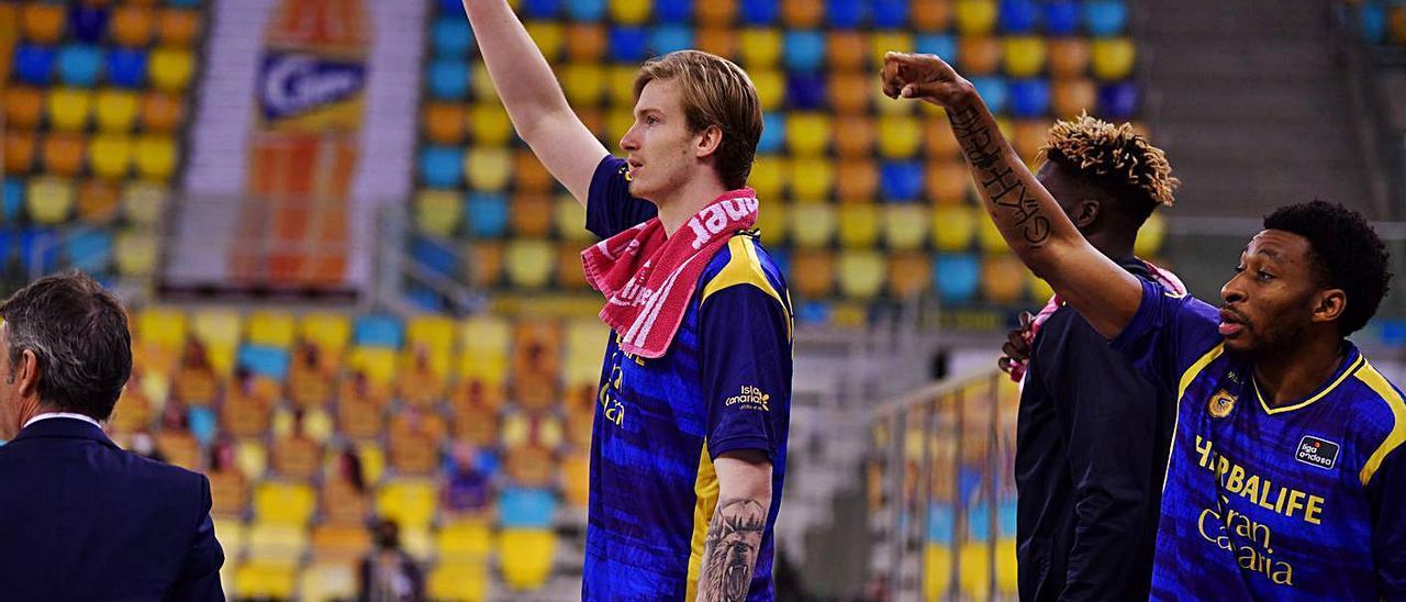 Balcerowski, en el centro de la imagen, celebra un triple, junto a Stan Okoye y Kahlifa Diop –de izq. a dch., a su lado– .     CBGC