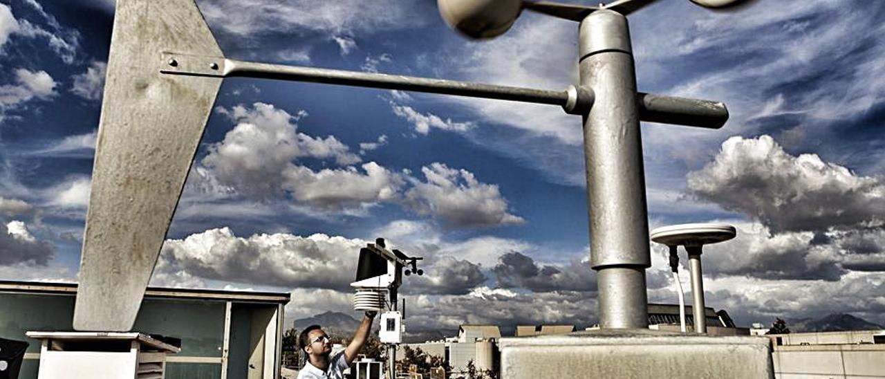 Imagen de archivo de una estación metereológica. | RAFA ARJONES